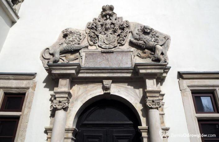 Barokowy portal nad wejściem od strony dziedzińca