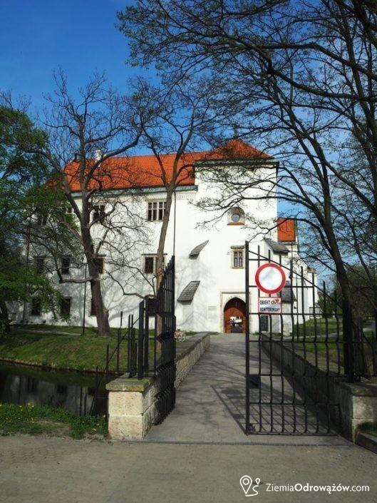 Widok na wieżę bramną w Zamku w Szydłowcu