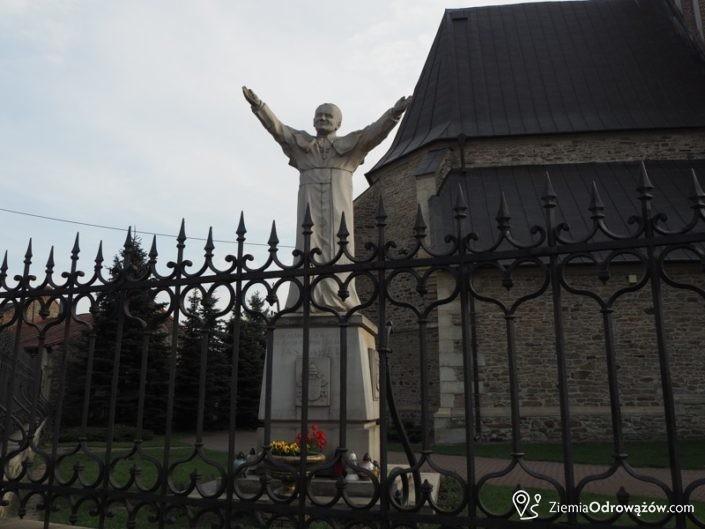 Pomnik Jana Pawła II przed kościołem św. Zygmunta