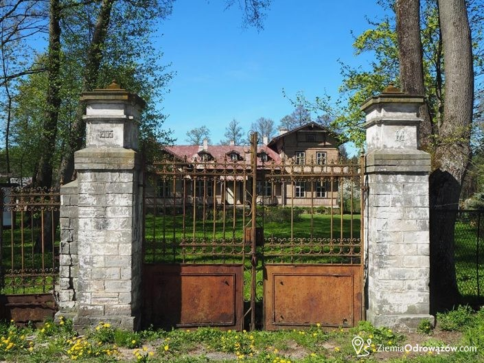 Brama wjazdowa na teren dworu